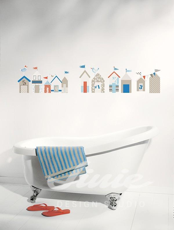 Vana v bílé místnosti se samolepkami domků na zdi