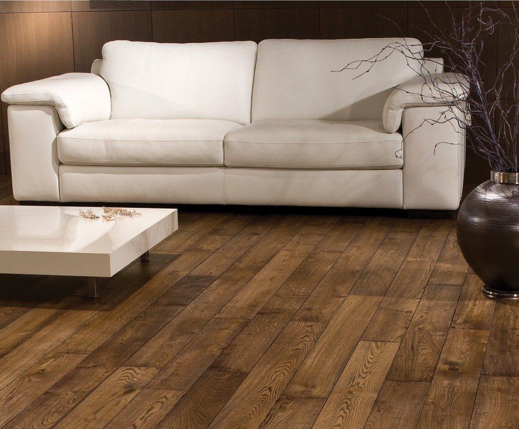 Dřevěná podlaha v tmavé barvě 1