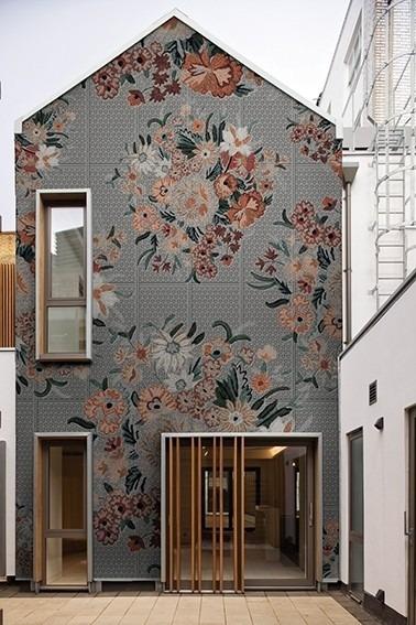 Exteriérová tapeta s květinovým motivem