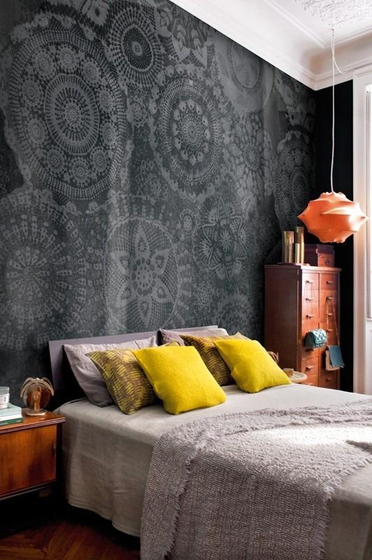 Tmavá fototapeta s ornamenty a manželská postel s polštářky