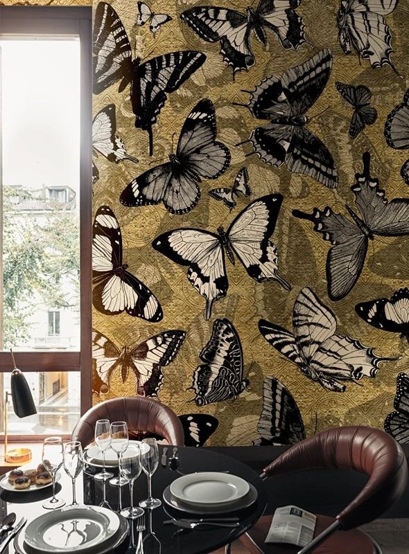 Fototapeta s motivem motýlů a jídelní stůl s nádobím a skleničkami