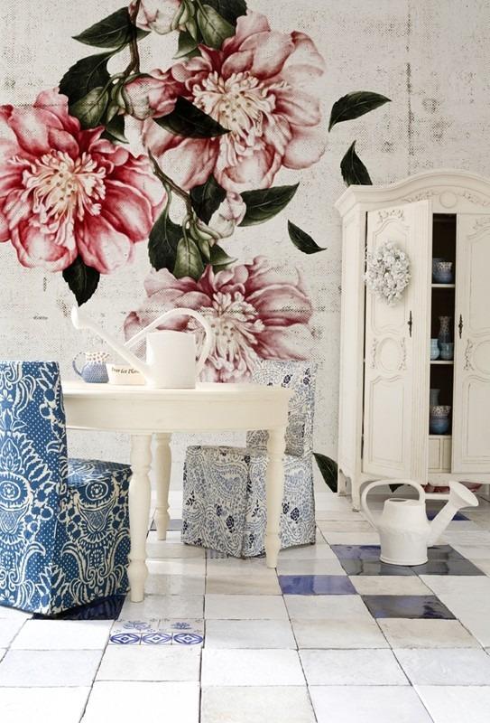 Fototapeta s květinovým vzorem a jídelní stůl s dekoracemi