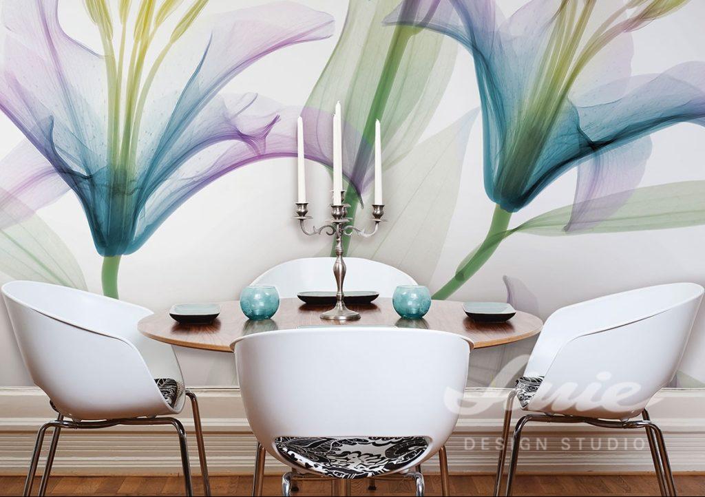 Fototapeta s motivem květin a jídelní stůl s židlemi