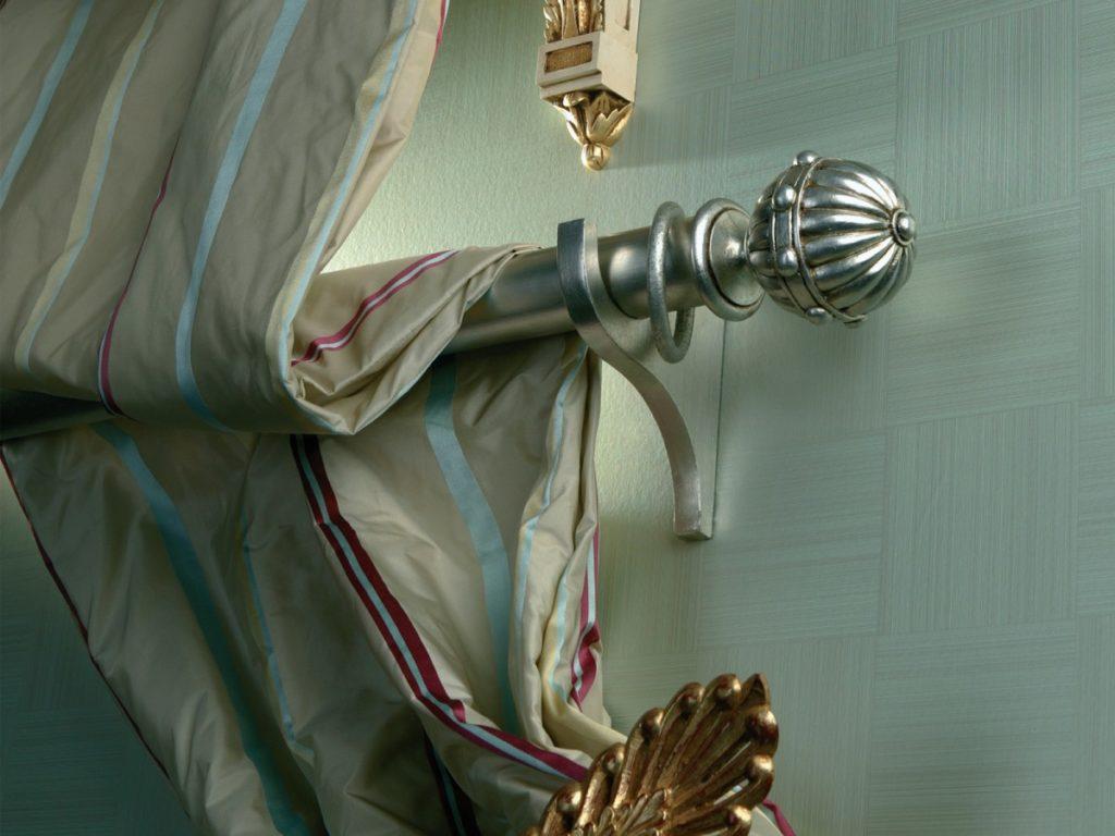 Stříbrná garnýž s moderním designem