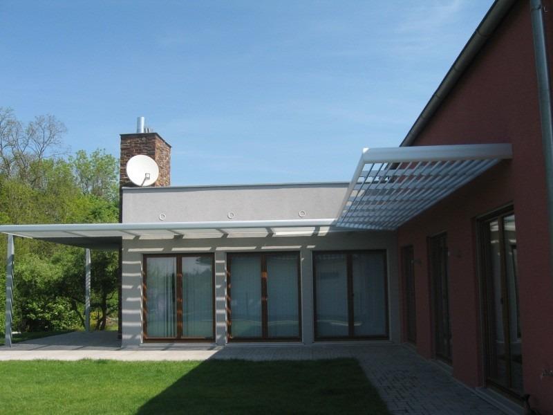 Horizontální slunolam v rohu domu s prosklenými okny