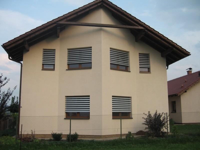 Horizontální slunolamy na oknech domu