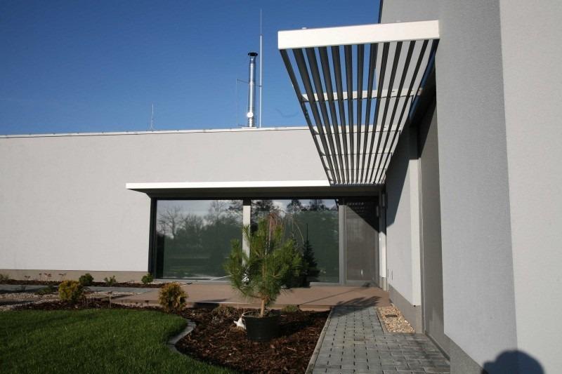 Horizontální slunolam v rohu domu se zahradou