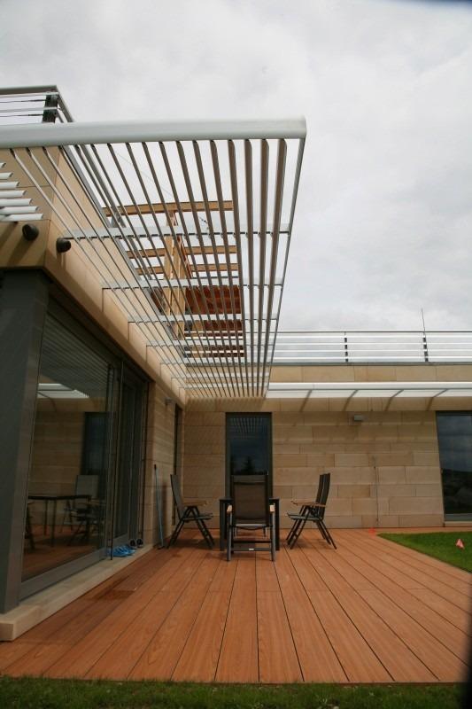 Horizontální slunolam nad terasou