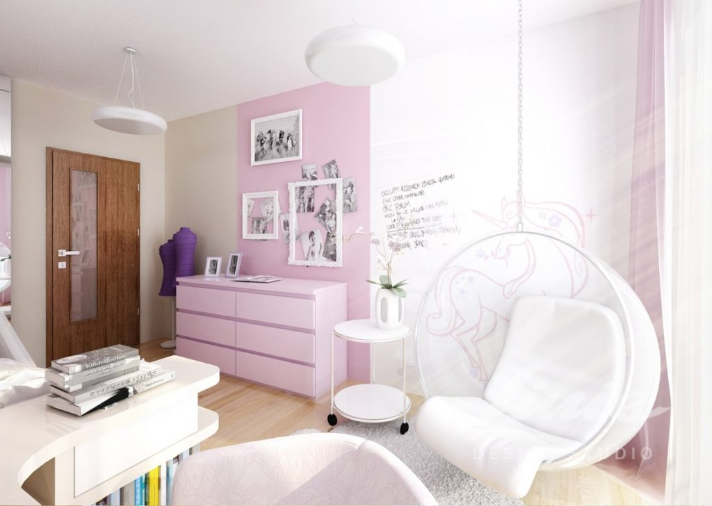 Dívčí pokoj zařízený ve světle růžových odstínech