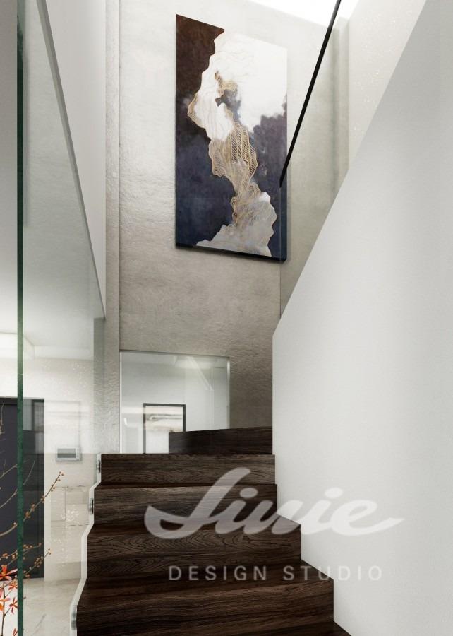 Moderní hala s tmavým schodištěm a abstraktním obrazem
