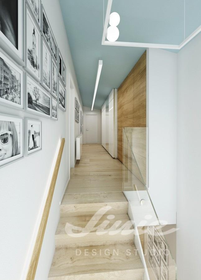 Moderní hala se stropem ve světle modré barvě