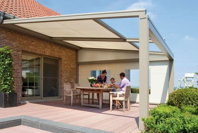 Pergola v krémové barvě s částečně skleněnou střechou