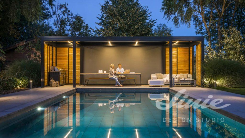 Venkovní černá terasa u bazénu