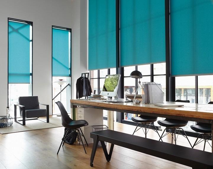 Interiérové rolety a stůl s dekoracemi
