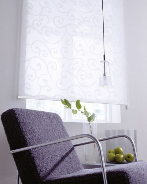 Interiérové rolety a stolek s dekoracemi
