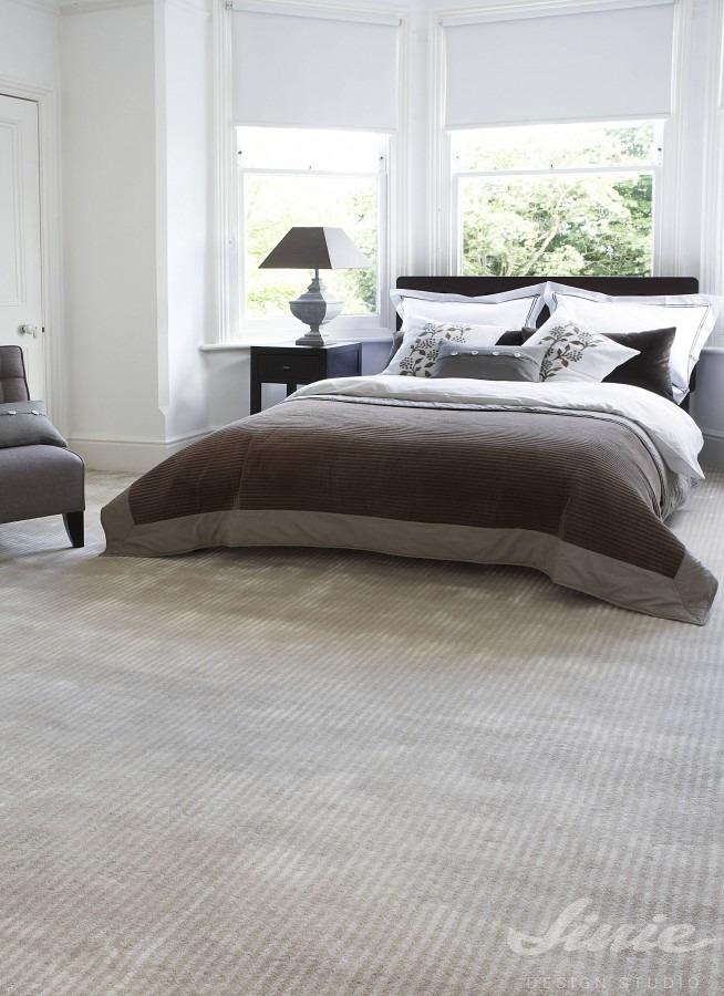 celoplošný béžový koberec do ložnice