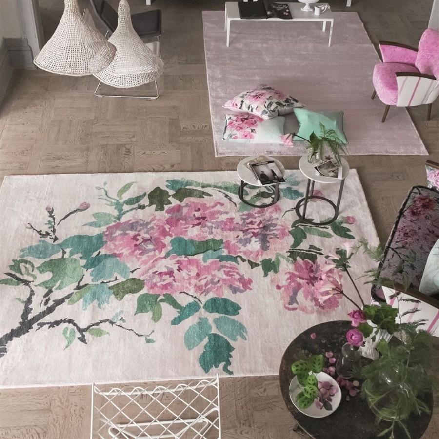 Interiérové kusové koberce ve světlé barvě s růžovými květinami