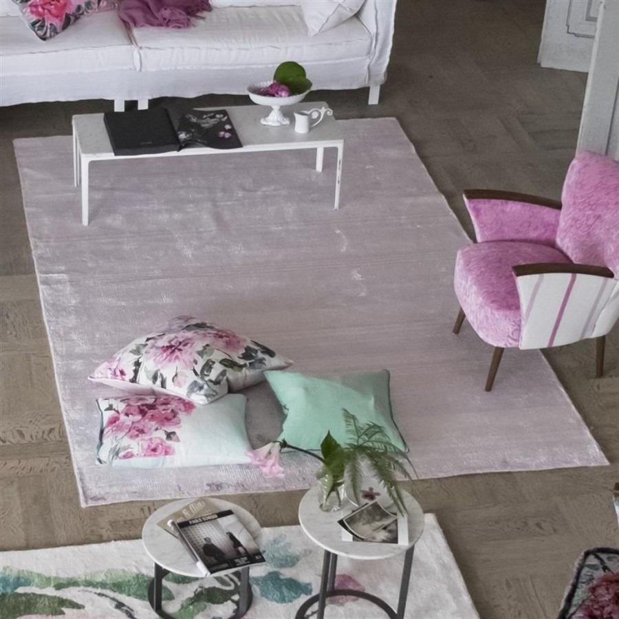 Interiérový kusový koberec ve světlé barvě