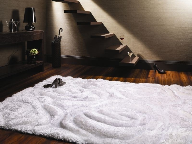 luxusní bílý koberec s vysokým vlasem stepevi