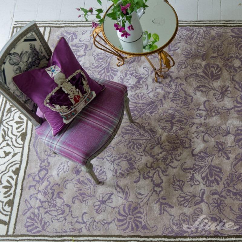 fialový koberec zámecký