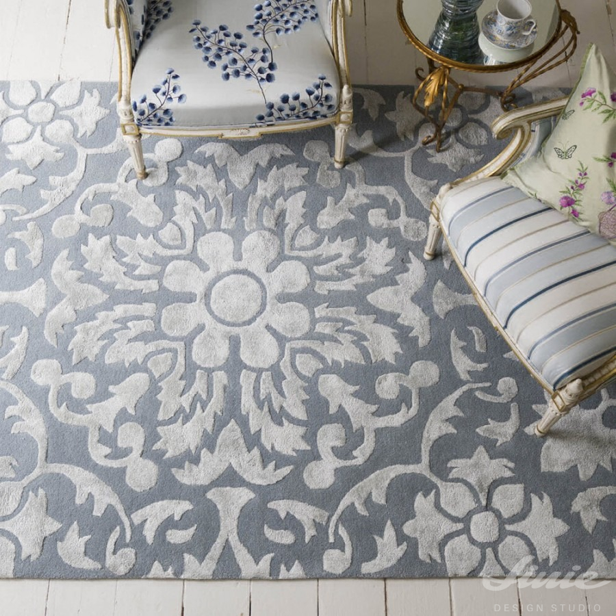 šedý koberec se zámeckým vzorem