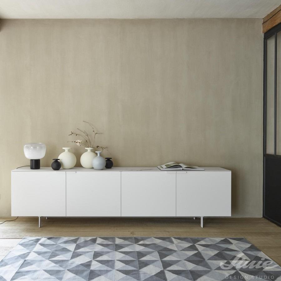 Interiérový kusový koberec s geometrickým motivem v šedých odstínech s trojuhelníky