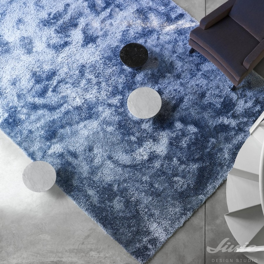modrý chlupatý koberec