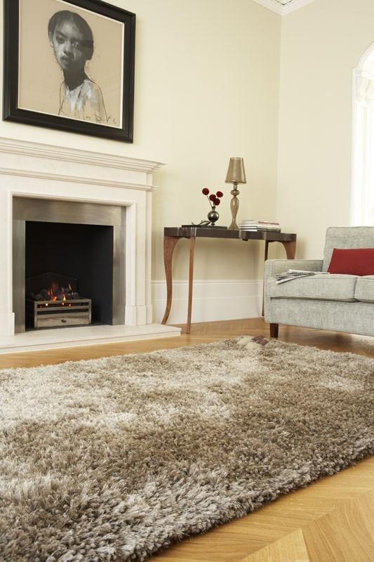 chlupatý béžový koberec