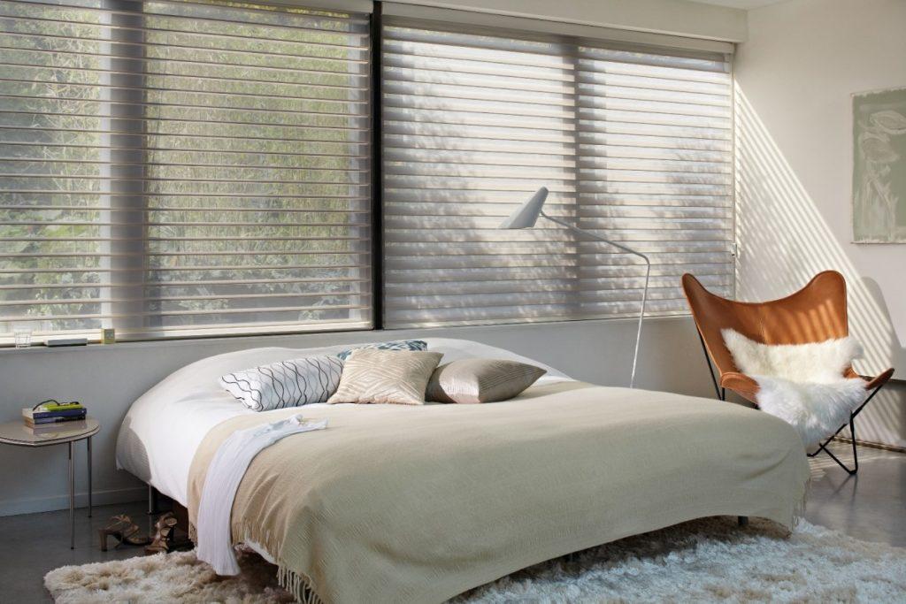 Látkové žaluzie v ložnici s manželskou postelí