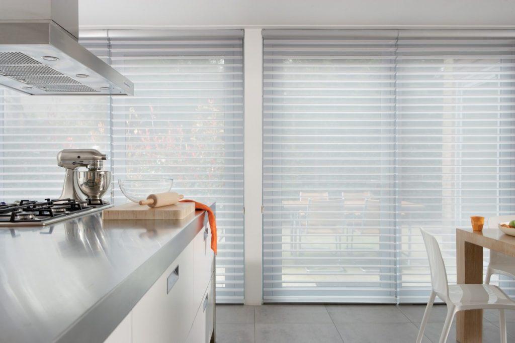 Látkové žaluzie na oknech v kuchyni