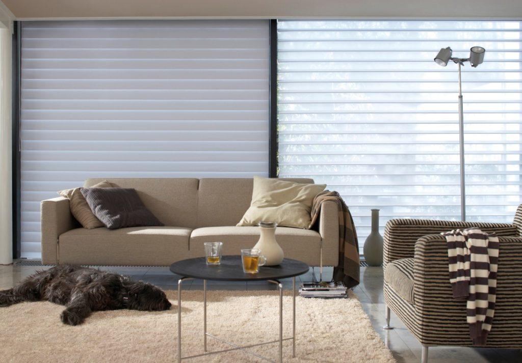 Látkové žaluzie v obývacím pokoji