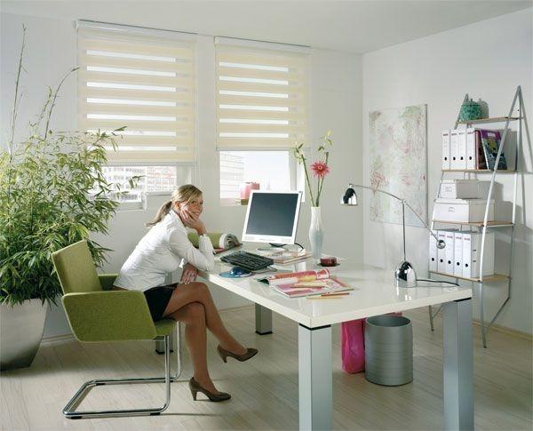 Látkové žaluzie TwinRollo a psací stůl s dekoracemi
