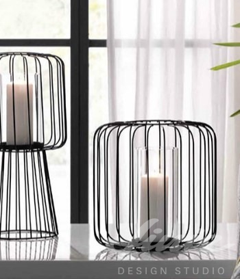 Černé kovové svícny do interiéru