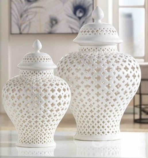 Bílé ozdobné vázy do interiéru