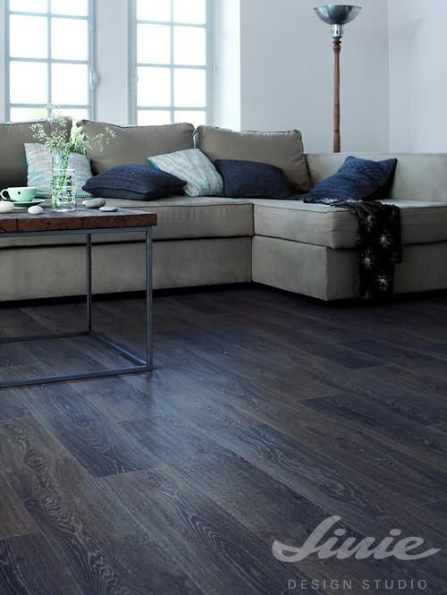 černá dřevěná podlaha