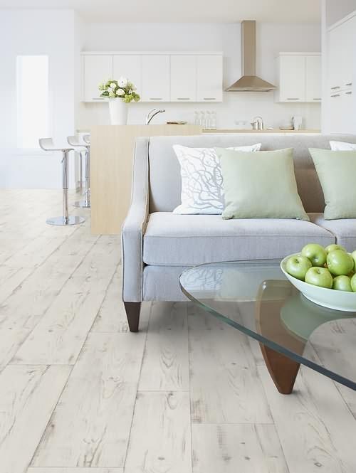 Interiérová podlaha světlé barvy s motivem starého dřeva