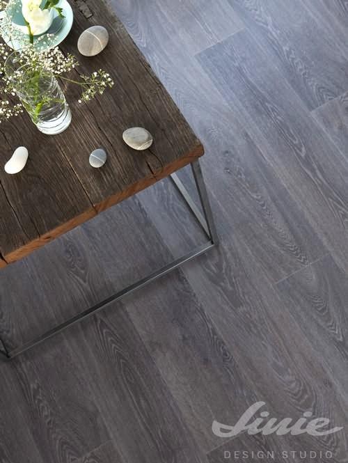 šedá dřevěná podlaha vinyl