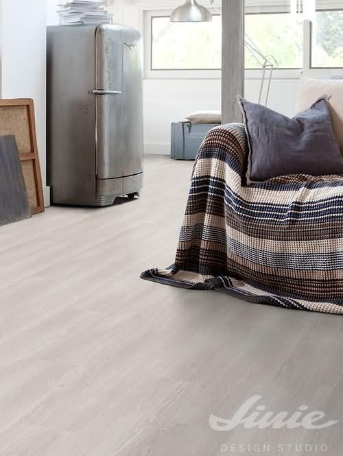 Světlá vinylová podlaha s motivem dřeva