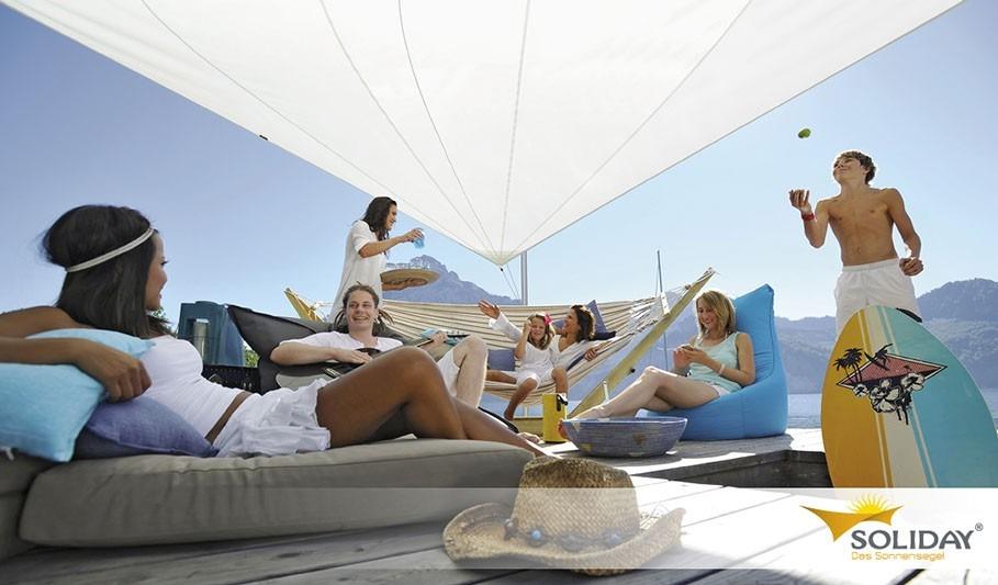 bílá luxusní plachta proti slunci