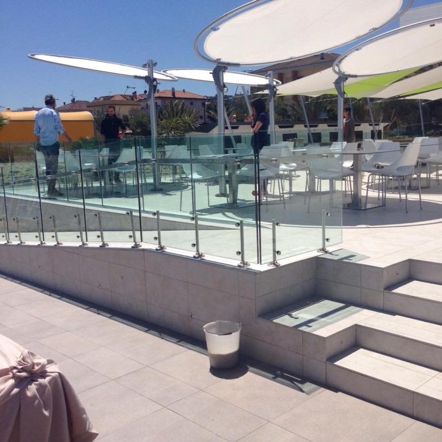 Diskové slunečníky nad stoly a židlemi