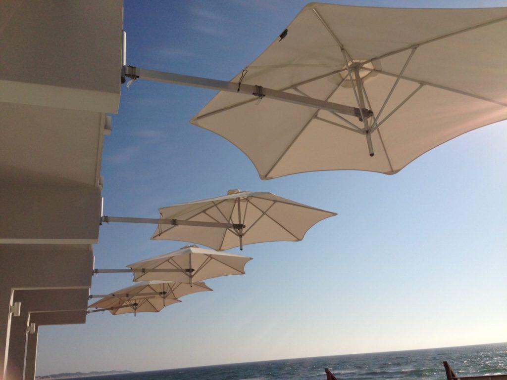 Slunečníky bílé roztažené nad mořem