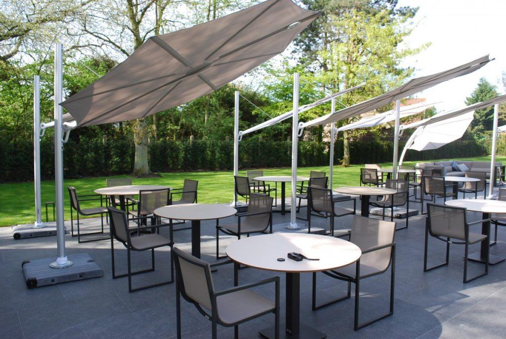 Slunečníky bílé roztažené nad stoly