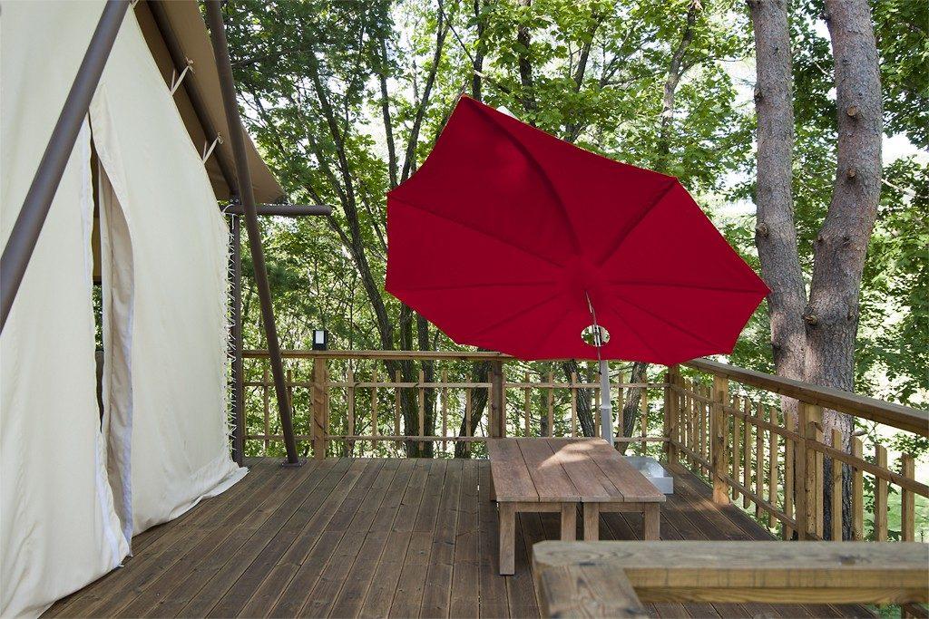 Slunečník červený roztažený na terase