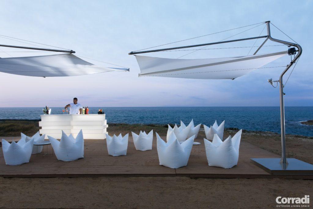 Slunečníky bílé roztažené na pláži