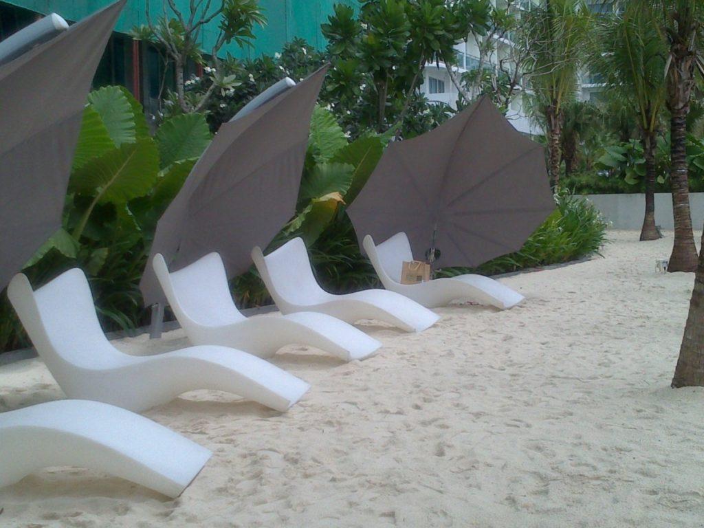 Slunečníky bílé na pláži