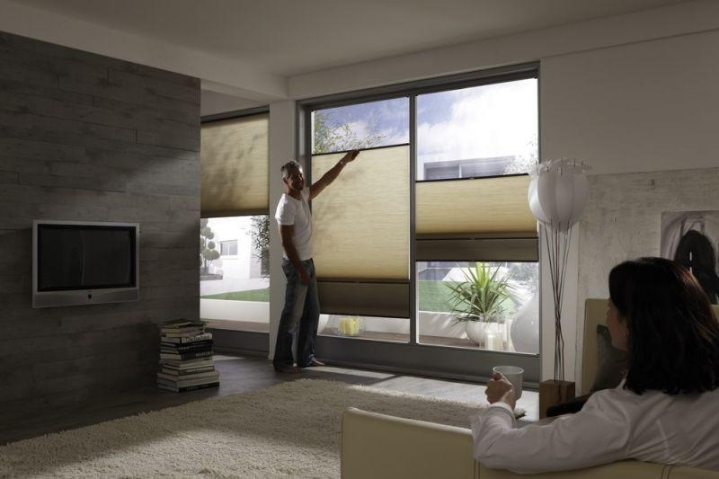 Stínící technika interiéru v obývacím pokoji ve světle béžové barvě