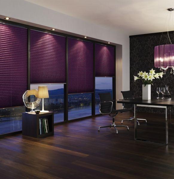 Stínící technika interiéru v tmavě fialové barvě