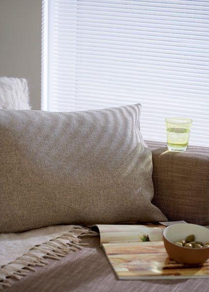 Stínící technika interiéru v bílé barvě v obývacím pokoji