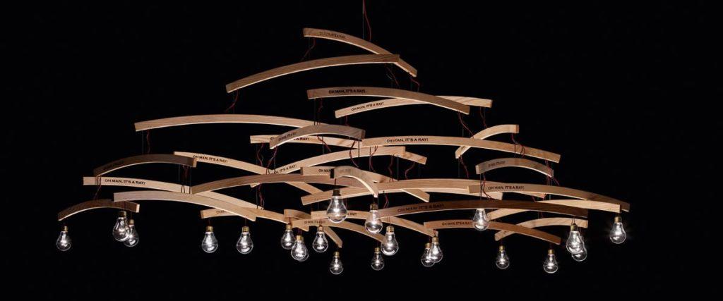 Atypické stropní svítidlo vyrobené z dřevěných ramínek