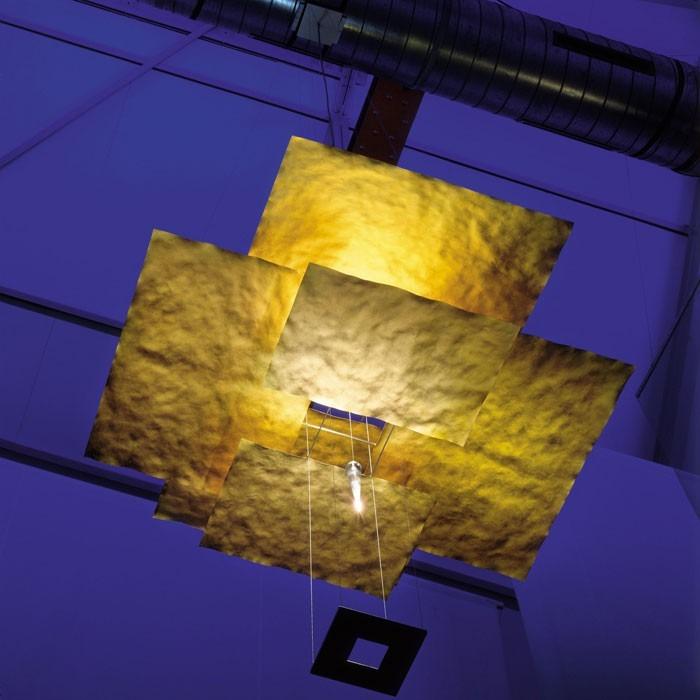 Moderní stropní svítidlo ve zlaté barvě